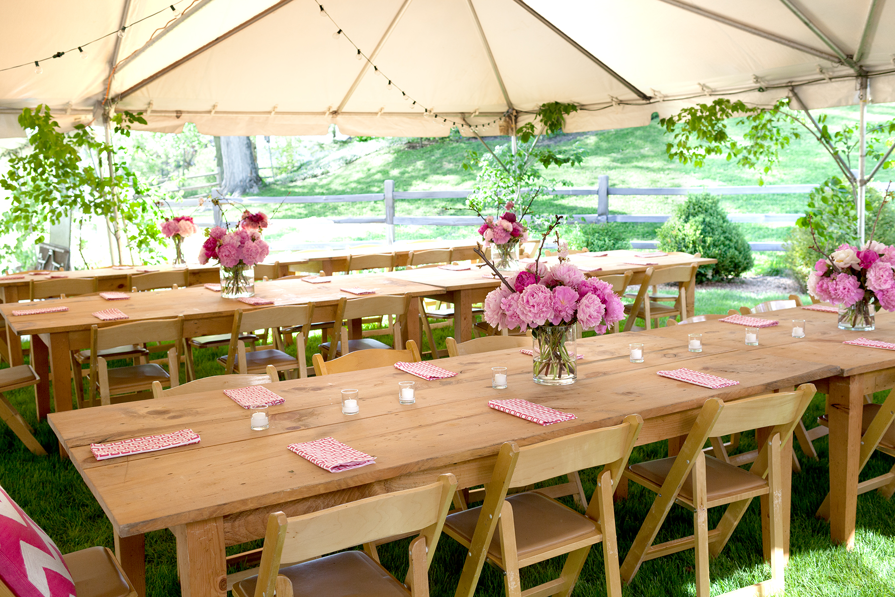 Simple outdoor party decorations for your table and more for Outdoor table decor ideas