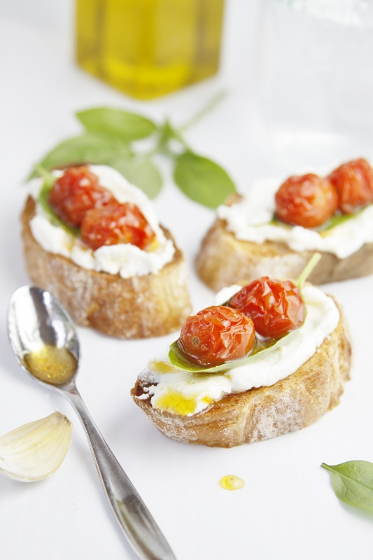 Roasted-Tomato-and-Ricotta-Crostini-Bellalimento