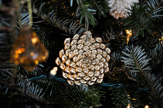 Holiday Pine Cone Decorating | Annie Selke's Fresh American Style